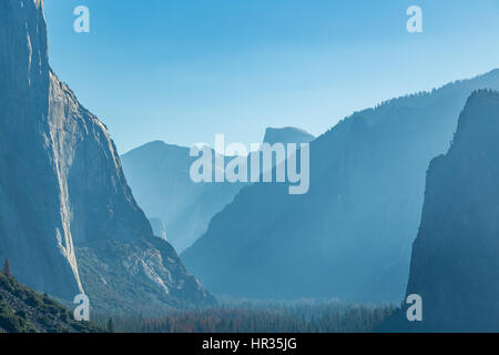 Tunnel View is a scenic overlook on State Route 41 in Yosemite National Park. The iconic and expansive view of Yosemite - Stock Photo
