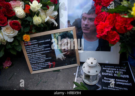Moscow, Russia. 26th February 2017. Portraits  of Russian politician Boris Nemtsov and flowers on Bolshoi Moskvoretsky - Stock Photo