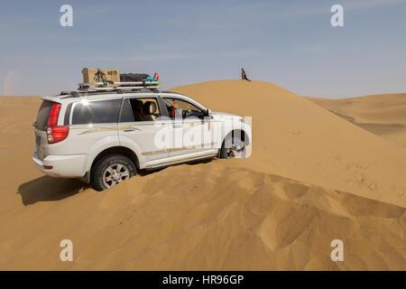 Jeep stuck on a sand dune in Badain Jaran Desert, Inner Mongolia, China. - Stock Photo