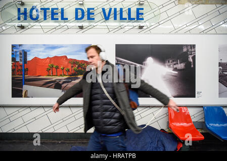 Paris, France. 28th Feb, 2017. A passenger imitates the figure in a magnum photo showed behind him in the Hotel - Stock Photo