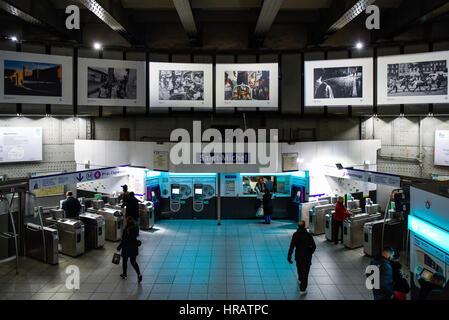 Paris. 28th Feb, 2017. Photo taken on Feb. 28, 2017 shows magnum photos in the Saint-Michel Station of Paris Metro - Stock Photo