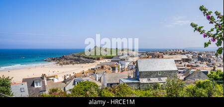 United Kingdom, Cornwall, St Ives, view over the roofs of St Ives with Porthmeor Beach and the Island Peninsula - Stock Photo