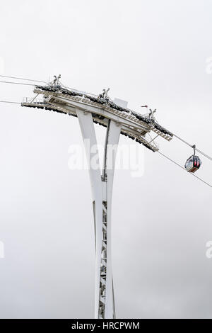 Cable car across the river Thames, London, between the south bank (Greenwich) and the north bank (Royal Docks) - Stock Photo