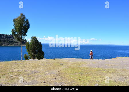 Unidentified peruvian woman in an island of the Titicaca lake that belongs to Peru. The tours to this island departure - Stock Photo