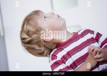 Model released, Kleiner Junge blickt nach oben - little boy looking up - Stock Photo