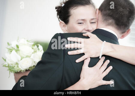 Model released, Brautpaar umarmt sich - bridal couple - Stock Photo
