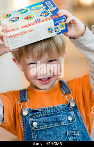 Froehlicher Junge, 4 Jahre - laughing little boy, 4 years old - Stock Photo