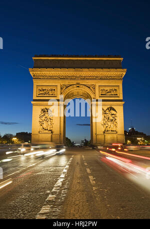 Beleuchteter Arc de Triomphe bei Nacht, Paris, Frankreich