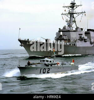 AJAXNETPHOTO. 23RD AUGUST, 2001. PORTSMOUTH, ENGLAND. - VINTAGE WELCOME - THE US NAVY'S NEWEST WARSHIP, THE ARLEIGH - Stock Photo