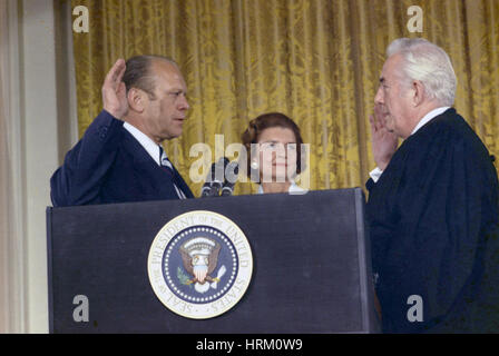 GERALD FORD (1913-2006) is sworn in as 38th President of the United States in the White House East Room by Chief - Stock Photo