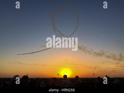 Australia, Melbourne. 3rd Mar, 2017. The spectators watch the aircrafts perform during the Australian International - Stock Photo
