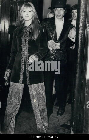 Feb. 02, 1967 - Gala Styles for Mick and Marianne: Setting their own styles for a night out at the ballet are pop - Stock Photo