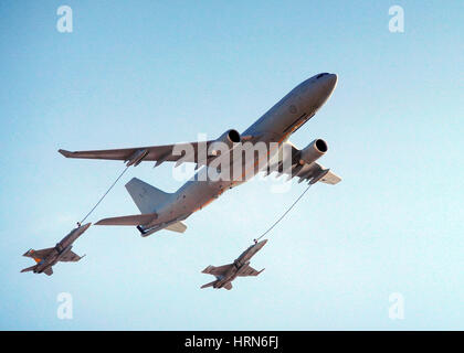 Melbourne, Melbourne, Australia. 3rd Mar, 2017. A C130 cargo plane fuels two F-18 fighter jets during the Australian - Stock Photo