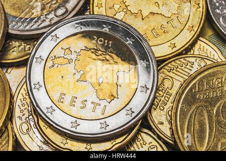 Viele Euro Muenzen von Estland, oben auf liegt eine 2 Euro-Muenze aus Lettland | many euro coins from Estonia, on - Stock Photo