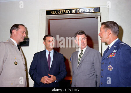 ROBERT McNAMARA (1916-2009) US Defence Secretary in dark suit outside his office at the Pentagon in August 1964 - Stock Photo