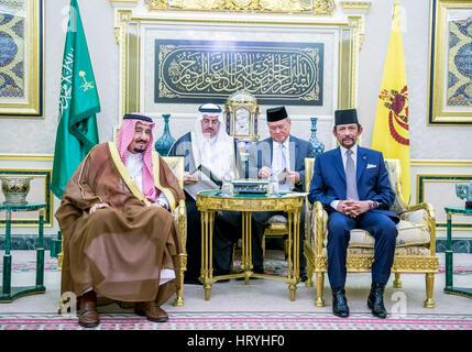 Bandar Seri Begawan, Brunei. 4th Mar, 2017. Brunei's Sultan Haji Hassanal Bolkiah (1st R) meets with visiting Saudi - Stock Photo