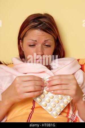 Kranke Frau mit Tabletten im Bett - sick woman in bed