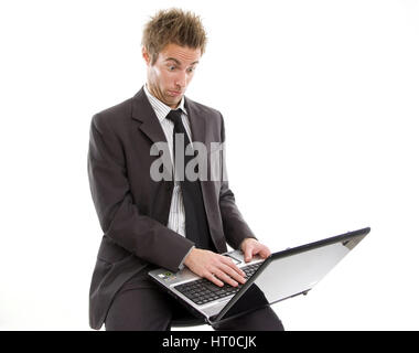 ‹berforderter Gesch‰ftsmann arbeitet am Laptop - overstrained business man using laptop