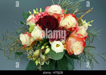 Natur, Pflanzen, Blumen, Blumenstrauss, Geburtstag, Geburtstagsstrauss, gelbe Rosen, rote Rose - Stock Photo