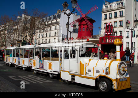 cabaret 'Moulin Rouge' (Red Windmill) and tourist Petit train. Pigalle. Montmartre. Paris, Francia