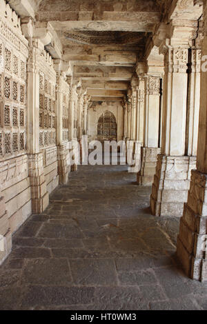 Walkway courtyard. Pillars at the east mausoleum containing the tombs of Mahmud Begada, and of his son Saltan Muzaffar - Stock Photo