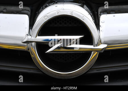 Kaiserlautern, Germany. 6th Mar, 2017. A logo of the car manufacturer Opel on the grill of a car at the factory - Stock Photo