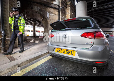 London, UK. 7th March, 2017. London Bridge was evacuated as bomb squad searched a 'suspicious vehicle' close to - Stock Photo