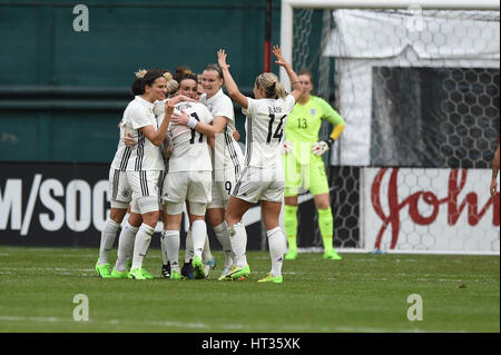 Washington DC, USA. 07th Mar, 2017. Germany's Anja Mittag (11) celebrates with teammates after scoring the games - Stock Photo