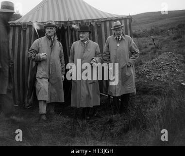 Alderman GF Fosdyke, Sir William Graham and Sir Julian Orde, Caerphilly Hillclimb, Wales, 1922. Artist: Bill Brunell. - Stock Photo