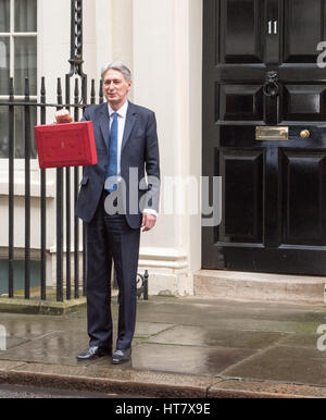 London, UK. 8th Mar, 2017. Phillip Hammond, The Chancellor, leaves 11 Downing Street for the Budget Credit: Ian - Stock Photo
