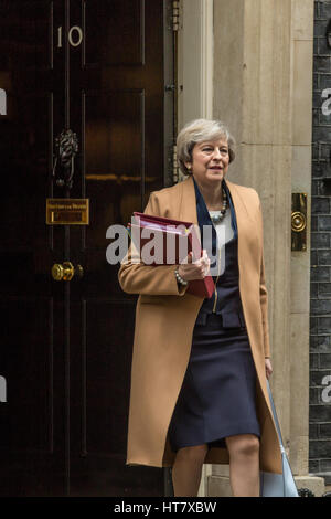 London, UK. 8th Mar, 2017. Theresa May leaves No.10 aftert the cabinet meeting, heading for Parliament prior to - Stock Photo