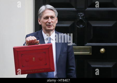London, UK. 8th Mar, 2017. British Chancellor of the Exchequer Philip Hammond holds the budget box as he leaves - Stock Photo