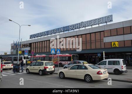 Schoenefeld, Germany. 9th Mar, 2017. Cars park outside the Schoenefeld airport in Berlin, Germany, 9 March 2017. - Stock Photo