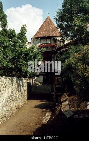 Part of the city wall of Glurns in South Tyrol in 1974. Teil der Glurnser Stadtmauer. Im Vordergrund ein Misthaufen. - Stock Photo