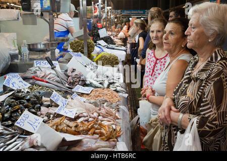 Fresh fish stall in the Mercado Central de Abastos food market, Calle Dona Blanca, Jerez de la Frontera, Cadiz province, - Stock Photo