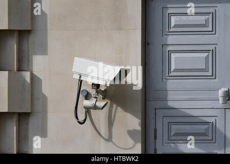 Security camera covering a door into the Ministry of Defence Headquarters building facing Victoria Embankment Gardens, - Stock Photo