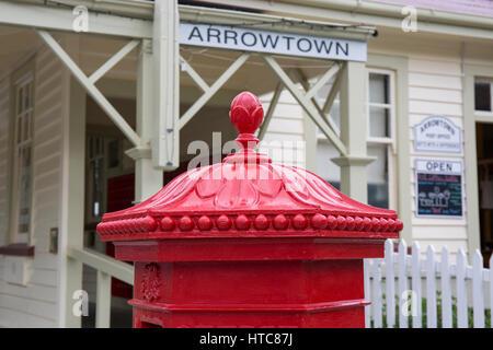 Arrowtown, Otago, New Zealand. Traditional red Penfold pillar box outside Arrowtown Post Office, Buckingham Street. - Stock Photo