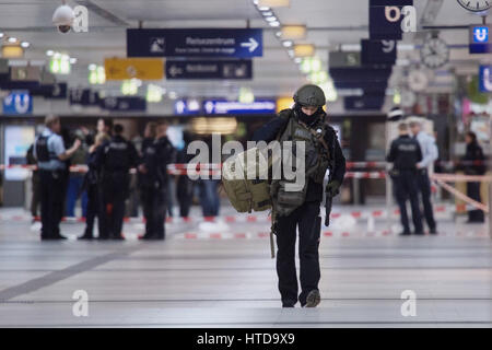 Duesseldorf, Germany. 09th Mar, 2017. A member of a German special police force team walks through the entrance - Stock Photo