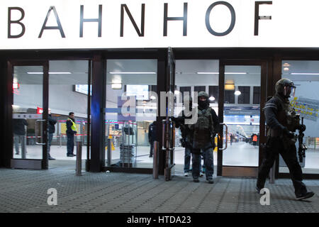 Duesseldorf, Germany. 09th Mar, 2017. Members of a German special police force team exit the central railway station - Stock Photo
