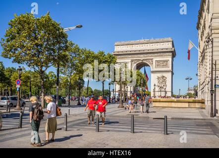 France, Ile-de-France, Paris, Arc de Triomphe de l'Étoile seen from Champs Elysées - Stock Photo