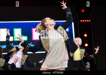 Kimberly Wyatt, MOVE IT Creative Ambassador, dancer, TV judge and singer performs with the Well Fit Dance Crew on - Stock Photo