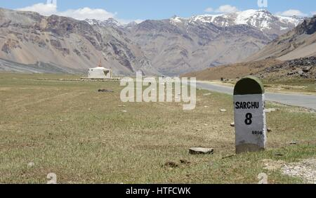 Remote road in Kashmir south of Sarchu. - Stock Photo