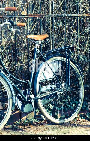 Retro Fahrrad am Zaun - Stock Photo