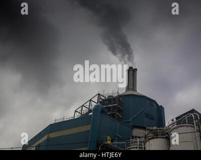 Unilever's detergent plant emits clouds of pollution - Stock Photo