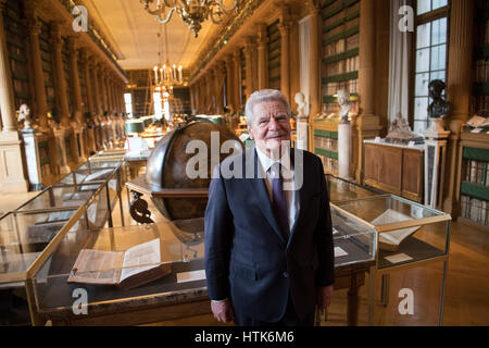 Paris, France. 26th Jan, 2017. German President Joachim Gauck stands in the Bibliotheque Mazarine at the Institut - Stock Photo