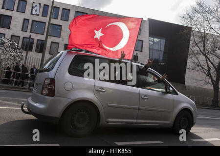 Berlin, Germany. 12th Mar, 2017. Turkish nationalists showing the hand sign of the Grey Wolves from a passing car, - Stock Photo