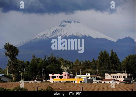 Cotopaxi, Ecuador. 15th Oct, 2016. View of the 5900-metre high volcano Cotopaxi in the the Ecuadorian north Andes. - Stock Photo