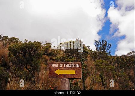 Cotopaxi, Ecuador. 15th Oct, 2016. Unterwegs im ca. 4000 Meter hoch gelegenen Cotopaxi Nationalpark - ein Hinweisschild - Stock Photo