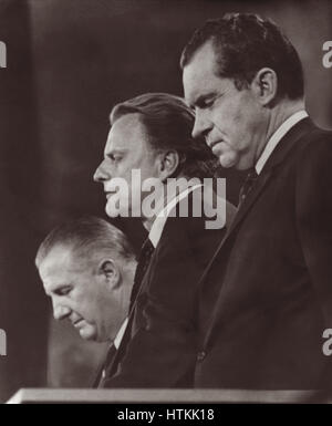 Billy Graham giving closing benediction at the 1968 Republican National Convention flanked by presidential nominee - Stock Photo