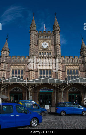 BRISTOL: Temple Meads Railway Station front entrance with iconic blue taxis. - Stock Photo